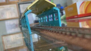 屋内,電車,室内,線路,走る,テーブル,遊ぶ,壁,おもちゃ,プラレール,額