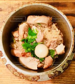 木製テーブルの上に座って食品のボウルの写真・画像素材[1220648]