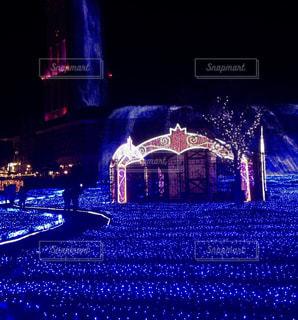 夜市の真ん中に噴水の写真・画像素材[1313353]