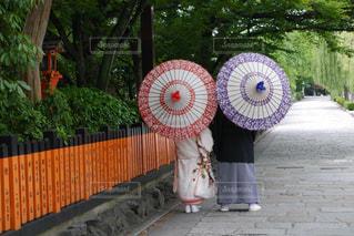 赤い傘を持っている人の写真・画像素材[1227961]