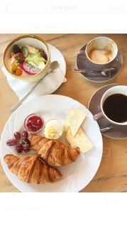 食品とコーヒーのカップのプレートの写真・画像素材[1171736]