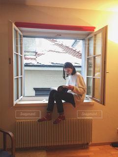 窓ぎわで読書タイムの写真・画像素材[1226920]