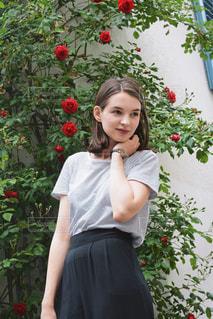 花の前に立っている女性の写真・画像素材[1239622]