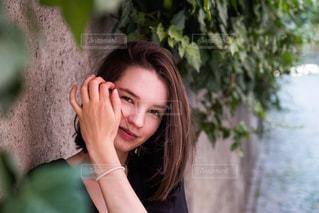携帯電話で通話中の女性の写真・画像素材[1290189]