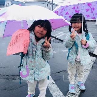 傘を保持している小さな女の子の写真・画像素材[1171893]