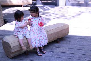 ベンチに座っている少女の写真・画像素材[1172366]