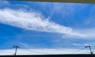 羽根の形の雲の写真・画像素材[2411882]