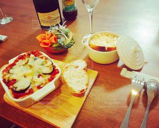 テーブルの上に食べ物のプレートの写真・画像素材[791991]
