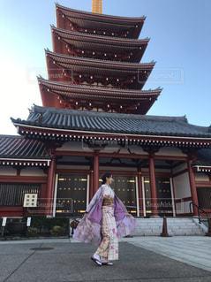 建物の前に立っている女の子の写真・画像素材[966714]