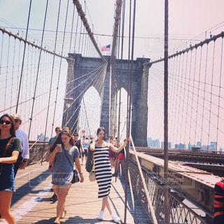 橋の上を歩く人々 のグループ - No.996479