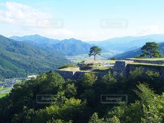 背景の大きな山のビューの写真・画像素材[1174373]