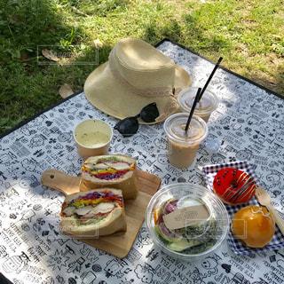 ピクニック テーブルの上に座っているケーキの写真・画像素材[1178379]
