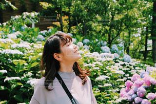 庭に立っている女性の写真・画像素材[1229936]