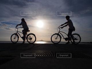 自転車の後ろに乗っている人のグループの写真・画像素材[1286059]
