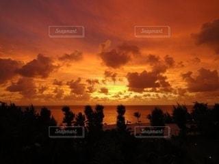 日没時の空に雲の群しの写真・画像素材[2377747]