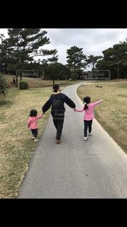 自然,公園,屋外,ピクニック,母,おそろい,姉妹,手つなぎ,ママ,お母さん