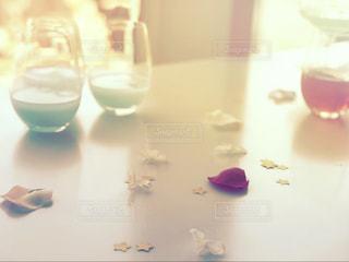 テーブル上のひとひらの薔薇の花びらの写真・画像素材[2141153]