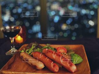 食べ物,夜景,ディナー,屋内,テーブル,野菜,キャンドル,ワイン,肉,お祝い,ソーセージ,ジューシー,贅沢,ロウソク,木皿,ジョンソンヴィル