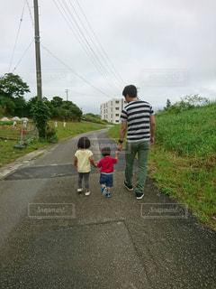 子ども,屋外,後ろ姿,道路,人物,曇り空,幼児,手を繋ぐ,三人