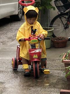 子供、三輪車、雨がっぱ、レインコート、梅雨、雨でもへっちゃら、可愛い