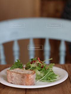 近くのテーブルの上に食べ物のプレート - No.1177588