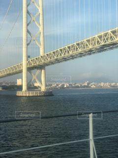 水の体の上の大きな橋の写真・画像素材[1399120]