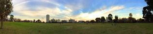 バック グラウンドで市と大規模なグリーン フィールドの写真・画像素材[1180209]