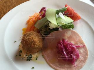 肉と野菜をトッピング白プレートの写真・画像素材[1180901]