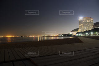 夜のライトアップされた街の写真・画像素材[1197894]