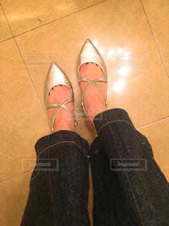 青と赤の靴を履いて足のペアの写真・画像素材[1811675]
