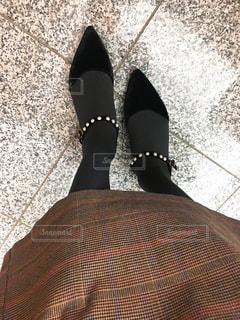 近くに青と赤の靴を履いて足のアップの写真・画像素材[1811711]