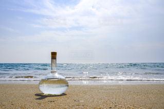 ビーチとフラスコボトルの写真・画像素材[1261378]