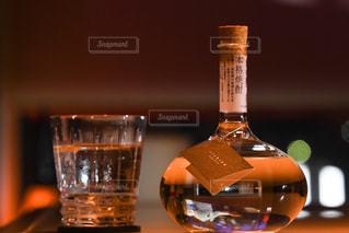 テーブルの上にフラスコボトルの写真・画像素材[1261388]