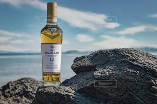 空,屋外,岩,ボトル,ウイスキー,ドリンク,アルコール,サントリー,マッカラン,玄武岩,12年,ハーフボトる,ちょっとしたご褒美,ウイスキーがお好きでしょ