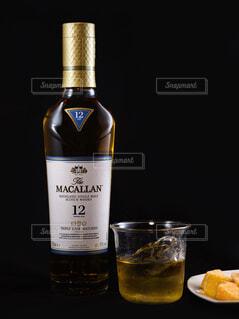 食べ物,屋内,ガラス,テーブル,ワイン,ボトル,ビール,カップ,ガラス瓶,ウイスキー,バー,ドリンク,シャンパン,酒,アルコール,飲料,ブツ撮り,マッカラン,アルコール飲料,蒸留酒,ワイン ボトル,ハーフボトる,ウイスキーがお好きでしょ,マッカラン12年,ザマッカラントリプルカスク12年