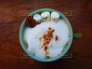 マシュマロ顔を出してる可愛いカフェオーレの写真・画像素材[1199014]