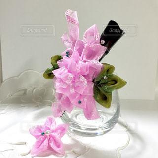 テーブルの上のピンクの花で一杯の花瓶の写真・画像素材[1201273]