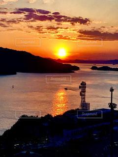 水の体に沈む夕日の写真・画像素材[1303784]