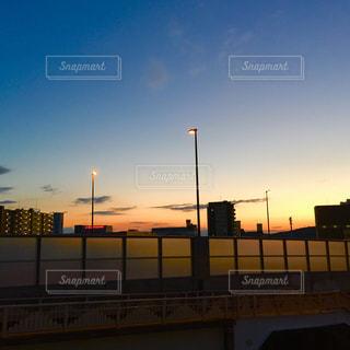 空,建物,青空,青,夕焼け,オレンジ色,茜色,フォトジェニック,夕映え,高架橋,インスタ映え