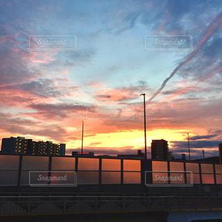 空,夕日,ピンク,カラフル,雲,夕焼け,オレンジ,街灯,飛行機雲,茜色,フォトジェニック,夕映え,高架橋,薄紅色,インスタ映え,多色,薄紅,うす紅色