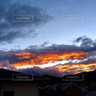 背景の夕日と建物の写真・画像素材[1312595]