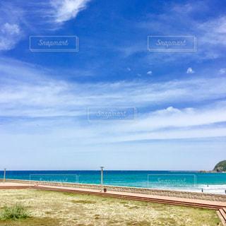 水の体の横にある砂浜のビーチの写真・画像素材[1315713]