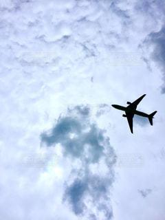 曇りの青い空を飛んでいる大きなジェットの写真・画像素材[1320231]