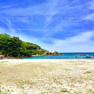 水の体の横にある砂浜のビーチの写真・画像素材[1385243]