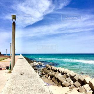 水の体の横にある砂浜のビーチの写真・画像素材[1385540]