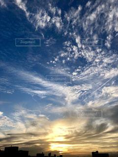 風景,空,秋,絶景,雲,夕焼け,夕暮れ,日差し,屋上,飛行機雲,うろこ雲,コントラスト,秋空,黄金,フォトジェニック,インスタ映え,多色