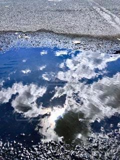 自然,空,秋,屋外,太陽,カラフル,雲,青空,駐車場,水たまり,日差し,光,落ち葉,水鏡,雨上がり,虹色,コントラスト,秋空,彩雲,フォトジェニック,インスタ映え