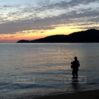 男性,海,釣り人,夜明け,早朝,ポジティブ,早起き,フォトジェニック,朝釣り,インスタ映え