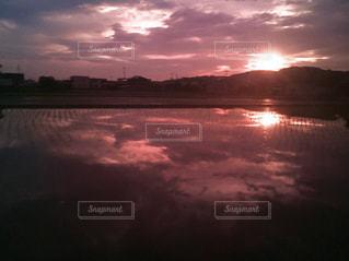水の体に沈む夕日の写真・画像素材[1689673]
