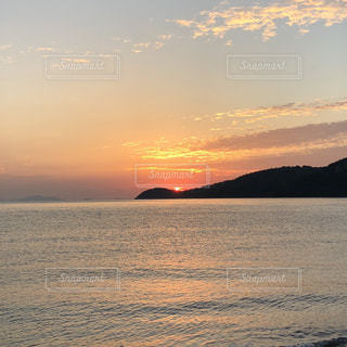 水の体に沈む夕日の写真・画像素材[1689678]